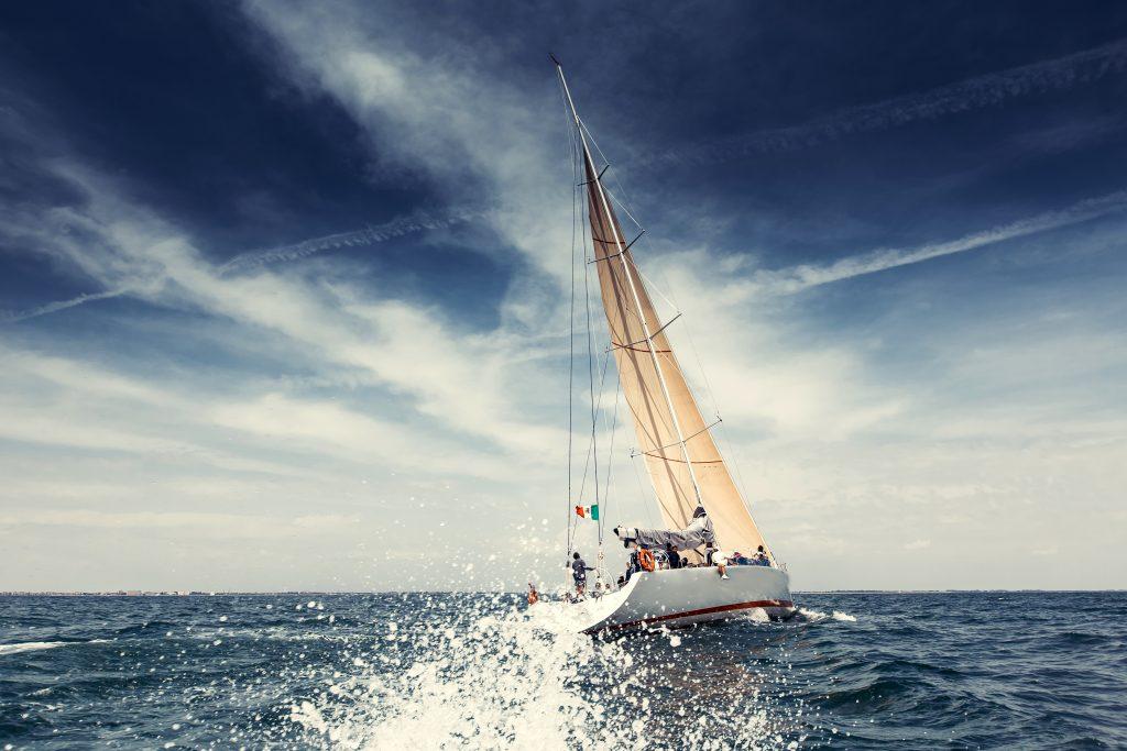 Segelschiff mit weißen Segeln Yachten © Bildagentur PantherMedia / duha127